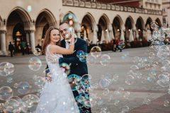 zdjęcia ślubne na rynku w karkowie