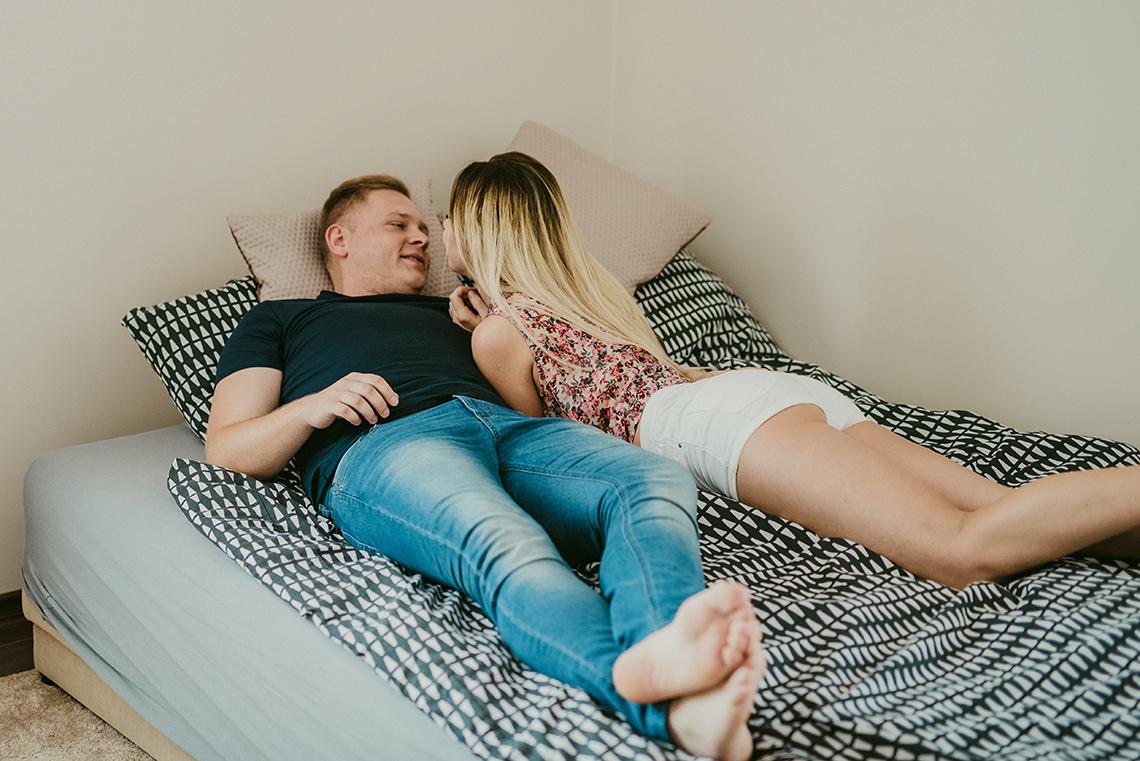 zdjęcia narzeczeńskie na łóżku