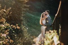 Nowożeńcy skąpani w świetle słońca